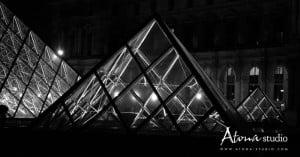 La ville de Paris - Le Louvre Pyramide Noir & Blanc