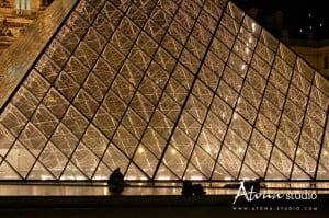 La ville de Paris - Le Louvre Pyramide Repos devant l'empire