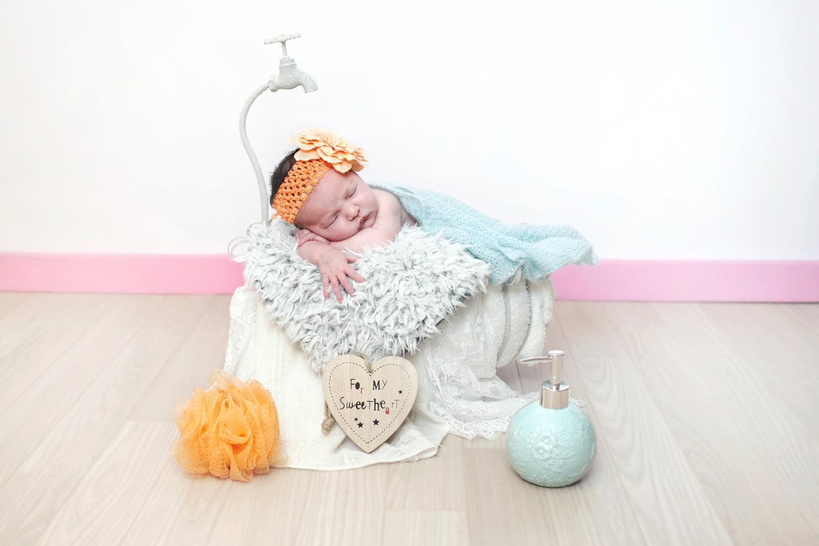 Photo nouveau-né avec baignoire vintage